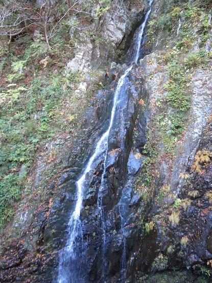 地蔵尾根の登山口(取付地点)へ向かう途中の滝