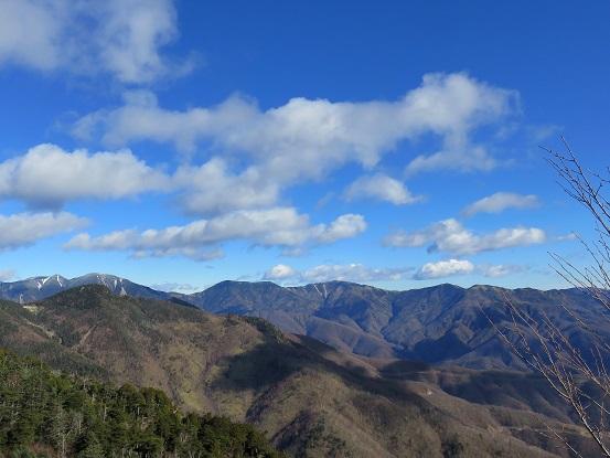 乾徳山・黒金山へのルート上から雁坂方面景色