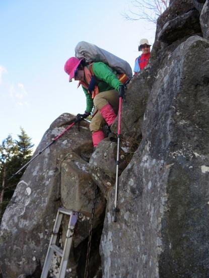 乾徳山登山は鎖場や梯子岩場連続