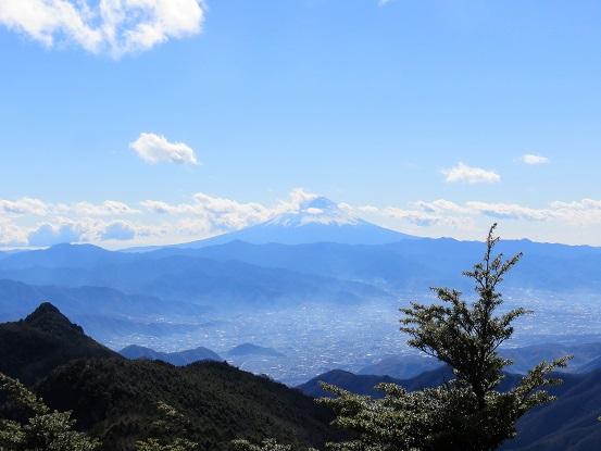 富士山と乾徳山笠盛山からの景色