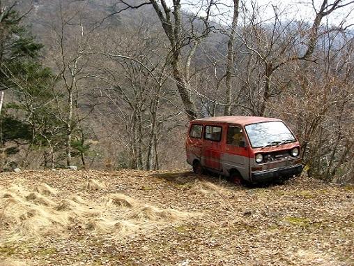 蛭ヶ岳南陵の取付地点付近にある廃車
