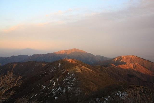大山と丹沢表尾根の夕焼け