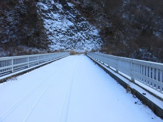 犬越路トンネルを車と自転車が1台ずつ通った