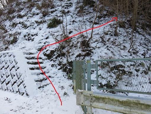 栂立尾根の入口階段が左側