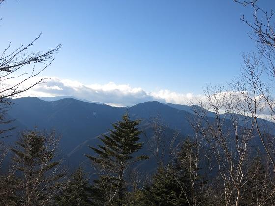 和名倉山の山頂雁坂小屋方面