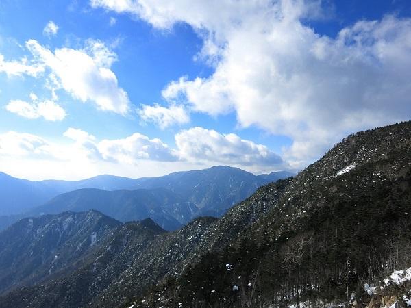 徳ちゃん新道・近丸新道分岐から雪道を登っていくと西の方に国師ヶ岳景色