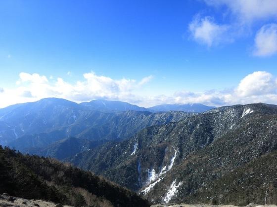 国師ヶ岳・金峰山へ至る奥秩父主脈縦走路風景