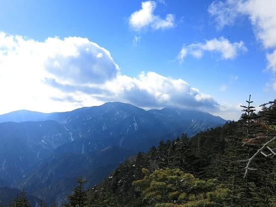 甲武信小屋から甲武信ヶ岳に登るルートの様子