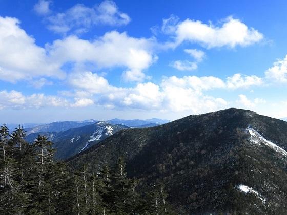 甲武信ヶ岳へ登っている途中振り返っての1枚の写真
