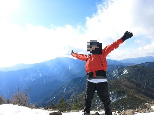 甲武信ヶ岳の山頂で登山者