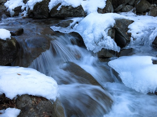ヌク沢の渡渉点沢と氷