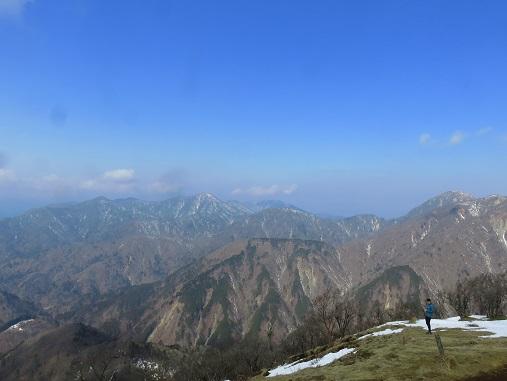 真ん中に見えている山が檜洞丸右奥が丹沢山塊最高峰の蛭ヶ岳