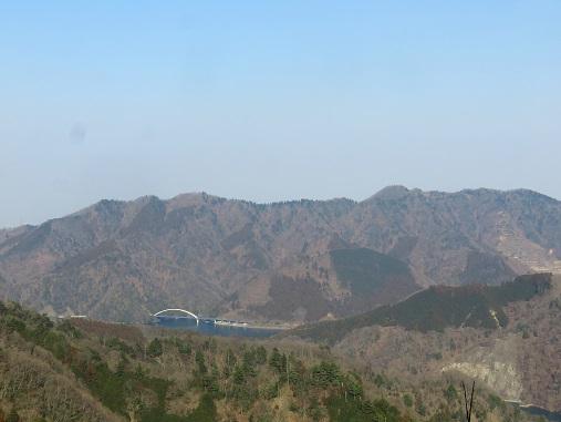 >宮ヶ瀬湖と仏果山の山並み