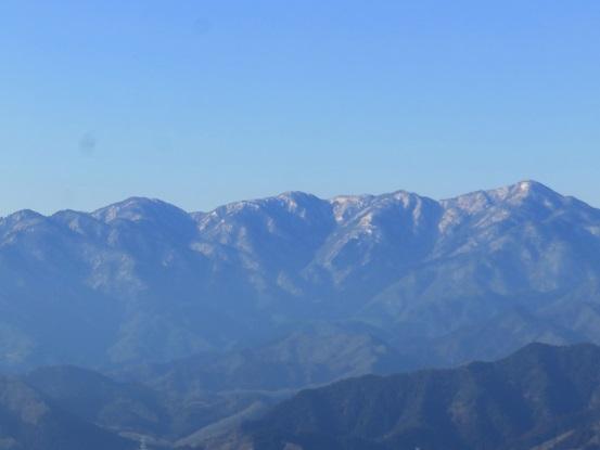 高尾山山頂から見る丹沢山塊の山並