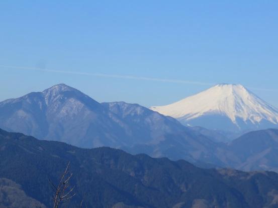 高尾山の山頂から見る富士山と大室山