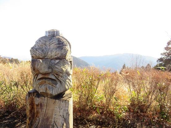 小仏城山木彫りの彫刻