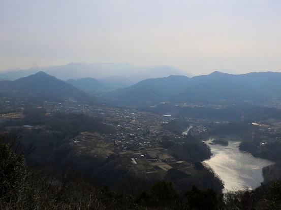 南高尾山稜を縦走していくと、津久井湖