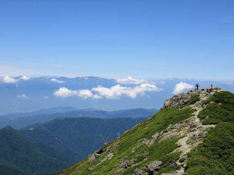 塩見岳西峰の奥には中央アルプス