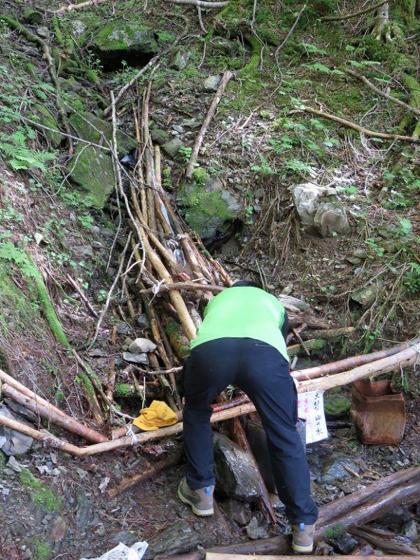 三伏峠小屋から鳥倉登山口の間にある水場