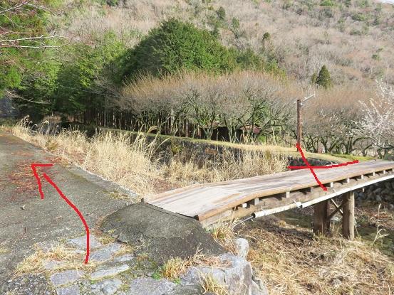 ボウズクリの滝へは、橋を渡らず赤矢印のとおり「左(西)」へ