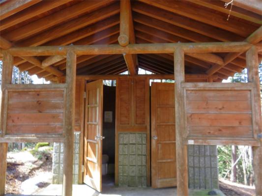鷹ノ巣山避難小屋のトイレ