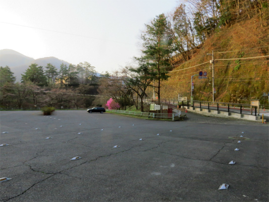 水根バス停付近の無料駐車場