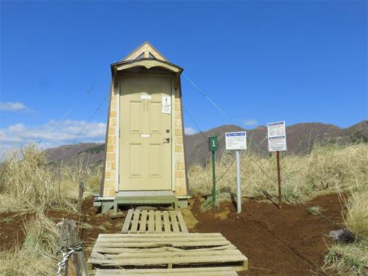 烏尾山の山頂付近にあるトイレ