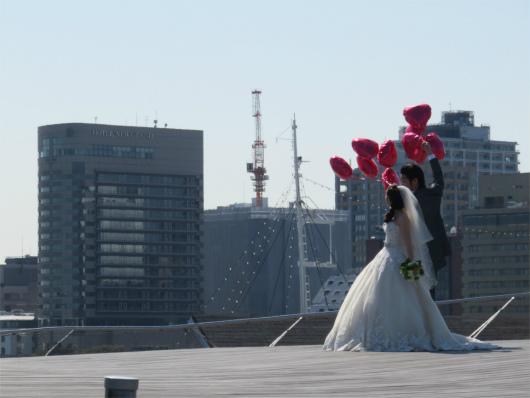 横浜大桟橋のうえで、結婚式用の写真撮影