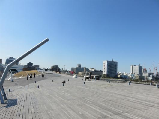 横浜大桟橋の芝生とウッドデッキ