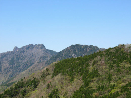 左の山並みが稲村ヶ岳方面で、右側が山上ヶ岳