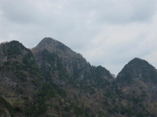 左側の高いピークが大普賢岳