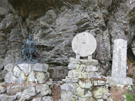 宗教チックな像や石碑