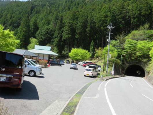 観音峰登山口バス停付近のみたらい渓谷の駐車場