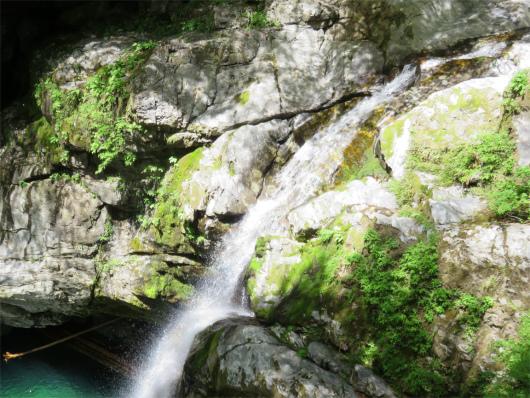 光り輝いている滝