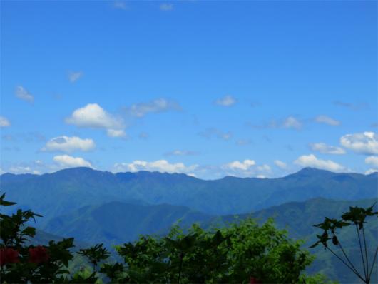 右のピークが雲取山、左のピークが飛龍山n