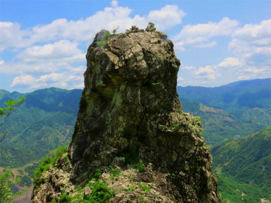 中倉山ローソク岩