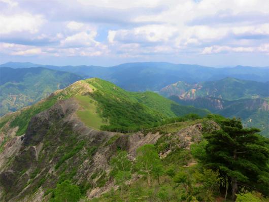 登山者と中倉山