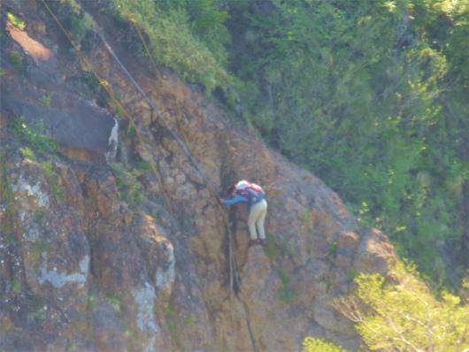 白山の長い鎖場登山者