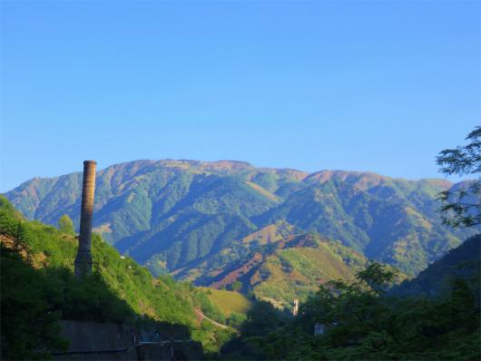 煙突と山並み