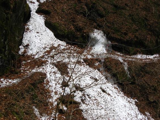 渓谷の登山道残雪の状況