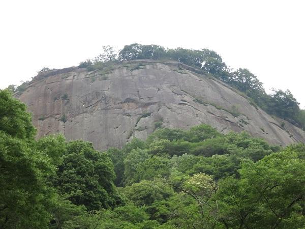 岩殿山の岸壁