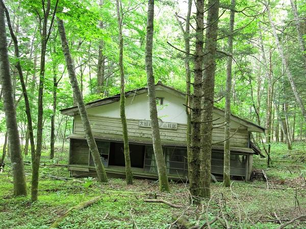中道の登山口朽ち果てた小屋