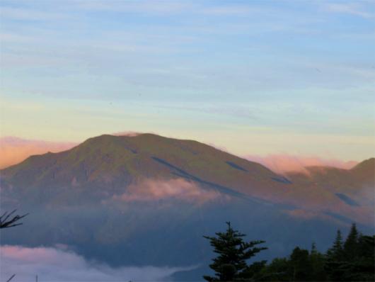 朝日に染まる国師ヶ岳