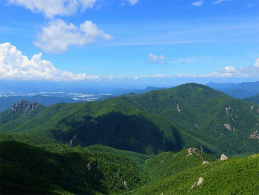 小川山(右)と瑞牆山(左)