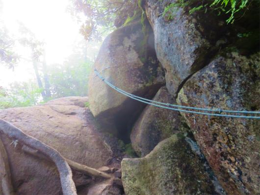 瑞牆山の山頂直下ロープ