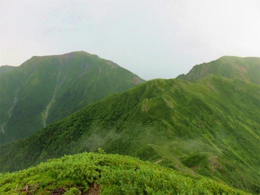 左に見えているのが聖岳で、右奥が兎岳