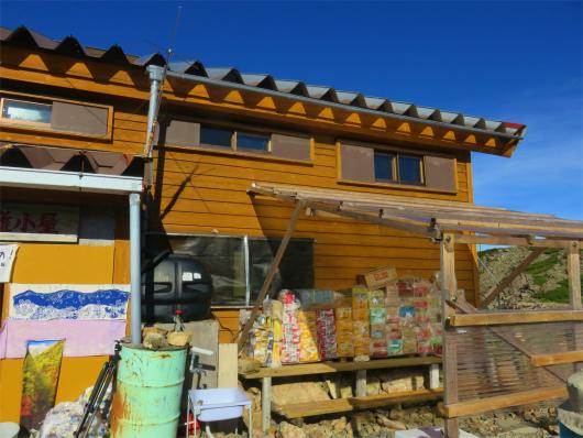 赤石岳避難小屋物資が山積み