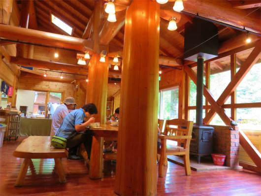 椹島ロッジのレストランの内部