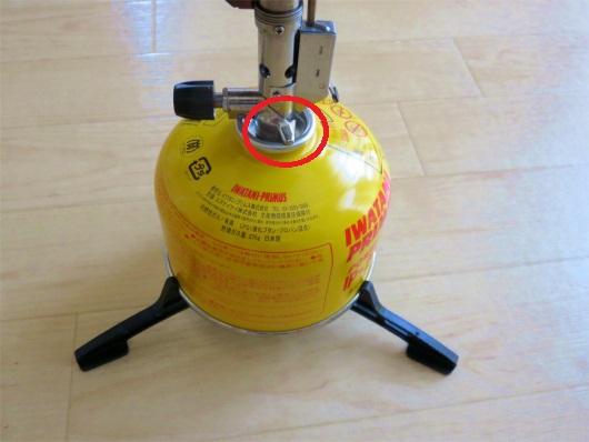 赤丸の奥底でOリングシングルガスバーナーとガス缶を接続