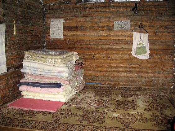 湯ノ沢峠避難小屋の内部